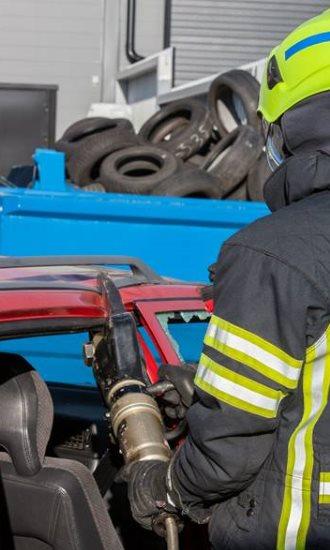 Hydraulisten pelastusvälineiden käytön harjoittelua lavastetussa tieliikenneonnettomuudessa.